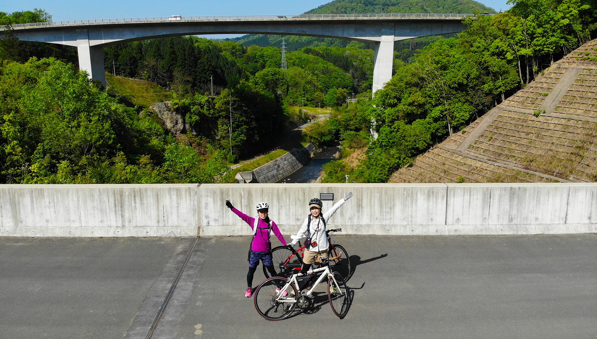 サイクリストでもあるツアーガイドが美しい京都の里山ライドをしっかりサポート。サイクリングに自信がない方も乗り方から優しく指導します。 自転車、ヘルメット、グローブもすべて含まれています。